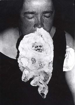 La photo baptisée « Conan Doyle's Return » : le visage moustachu de l'écrivain apparaît dans la coulée d'ectoplasme, en dessous du nez du médium