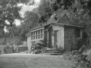 Le cottage de Mulholland Highway, où Innes Crowrie a été retrouvée morte au petit matin. J'ai pris comme modèle la maison qui apparaît à la fin de «Rebecca», d'Alfred Hitchcock. Dans ce film, qui est l'un de mes préférés du cinéaste, c'est le lieu où Mrs de Winter, à l'insu de son mari, a des rendez-vous galants avec d'autres hommes