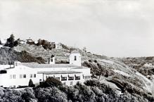 Le bâtiment de l'Angels Club, du côté de Laurel Canyon, au 8188 Rodgerton Drive. Une petite voie tortueuse dans les collines de Hollywood, tout près du réservoir. L'annonce stipule sobrement « Paradis des curiosités » et garantit « du sensationnel et du jamais-vu »