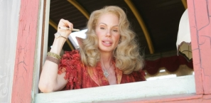 La serveuse aux mains en pince de homard qui travaille à l'Angels Club m'a été inspirée, en autres, par le personnage de Sabina Engstrom, dite la « Reine Scorpion », de « La Caravane de l'étrange » (titre original : Carnivàle) qui raconte les tribulations d'une fête foraine ambulante aux États-Unis en 1934, durant la Grande Dépression. Produite par la chaîne HBO, cette série est un hommage appuyé au « Freaks » de Tod Browning. À noter que le rôle de la « Reine Scorpion » est tenu par Bree Walker, ex-vedette à la télé américaine, qui souffre réellement d'ectrodactylie. Le personnage apparaît dans la saison 2, épisodes 6, 7 et 12