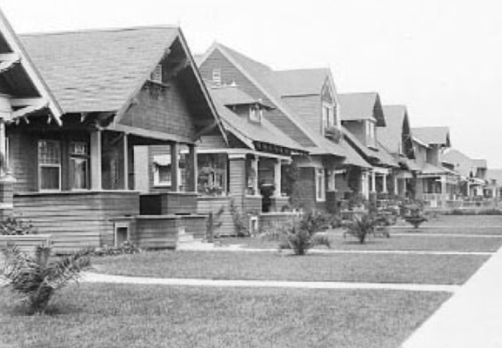 Une portion de la Cinquante-Septième Rue, dans Central Alamada, avec ses bungalows en bois ou en préfabriqué. Au numéro 1433 habite May Tomasso, la cousine d'Innes Crowrie