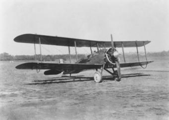 Le biplan De Havilland DH-4, ancien bombardier de la Grande Guerre reconverti dans le transport civil et qui accepte jusqu'à deux passagers. C'est l'avion que pilote avec brio le nain Joey Brisbee pour venir sauver Singleton et Trelawney