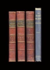 Les volumes de « La Doctrine secrète », dans l'édition originale de 1888 toute faite de cuir rouge