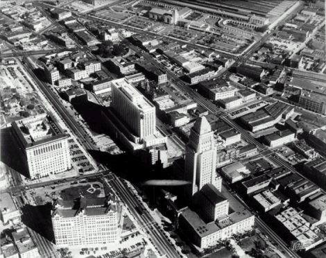 Vue aérienne du centre ville de Los Angeles avec, au centre, le City Hall et le Federal Building, à gauche le palais de justice (le gros cube) et le bâtiment des Archives. Tout en haut, on aperçoit Union Station, le nouveau terminal ferroviaire