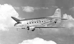 Le vol de New York jusqu'en Californie s'effectue à bord d'un DC3 « Flagship Skysleeper » de l'American Airlines