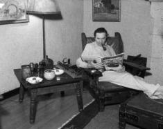 Bela Lugosi chez lui, au 3714 Lankershim Boulevard, tout près des studios Universal
