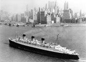 Arrivée du Queen Mary dans le port de New York. Le paquebot va lentement aller se ranger le long du quai n° 90, vis-à-vis de la Cinquantième Rue Ouest