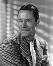 « Avec son physique à la Joe E. Brown, Stuart Latham Dauncey possédait un talent indéniable pour raconter des anecdotes touchant au cinéma ou parodier les sketches de Tom Mix ou de Harold Lloyd » (chapitre II)