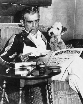 Boris Karloff dans sa maison du 2320 Bowmont Drive à Beverly Hills