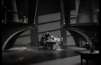 La pièce à vivre du château familial des Frankenstein. On comprend que l'épouse du jeune baron ne s'y sente pas très à l'aise