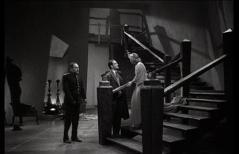 L'escalier qui mène aux chambres. Encore un élément du décor, signé Russell A. Gausman, qui donne un cachet si particulier au film. À noter la présence, dans le rôle de l'inspecteur Krogh, de l'acteur Lionel Atwill, grand habitué des films fantastiques des années 1930-1940